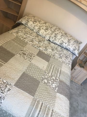 Comfortable single room TV&WIFI Bicester station