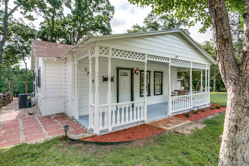 Katie 39 s woods lake cottage cabins for rent in grapevine for Lake cabin rentals near dallas
