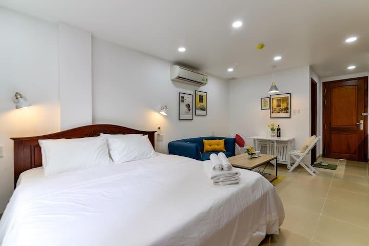 Queen size bed: 2 pillows, 2 hand towels, 2  bath towels, bedsheet, duvet.