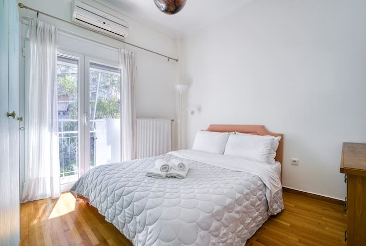 Sunny cozy apartment in the heart of the city