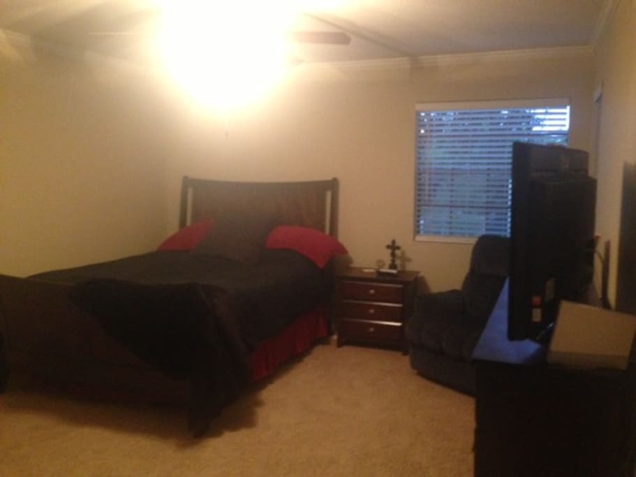 Large room, queen size bed and recliner