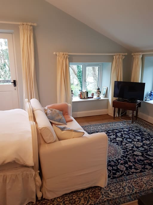 Persian Rugs, very pretty Farrow and Ball Borrowed Light and Wimborne White, traditional oak flooring, comfy sofa and snuggly blankets.  Superfast free wifi and all tv channels including netflix.