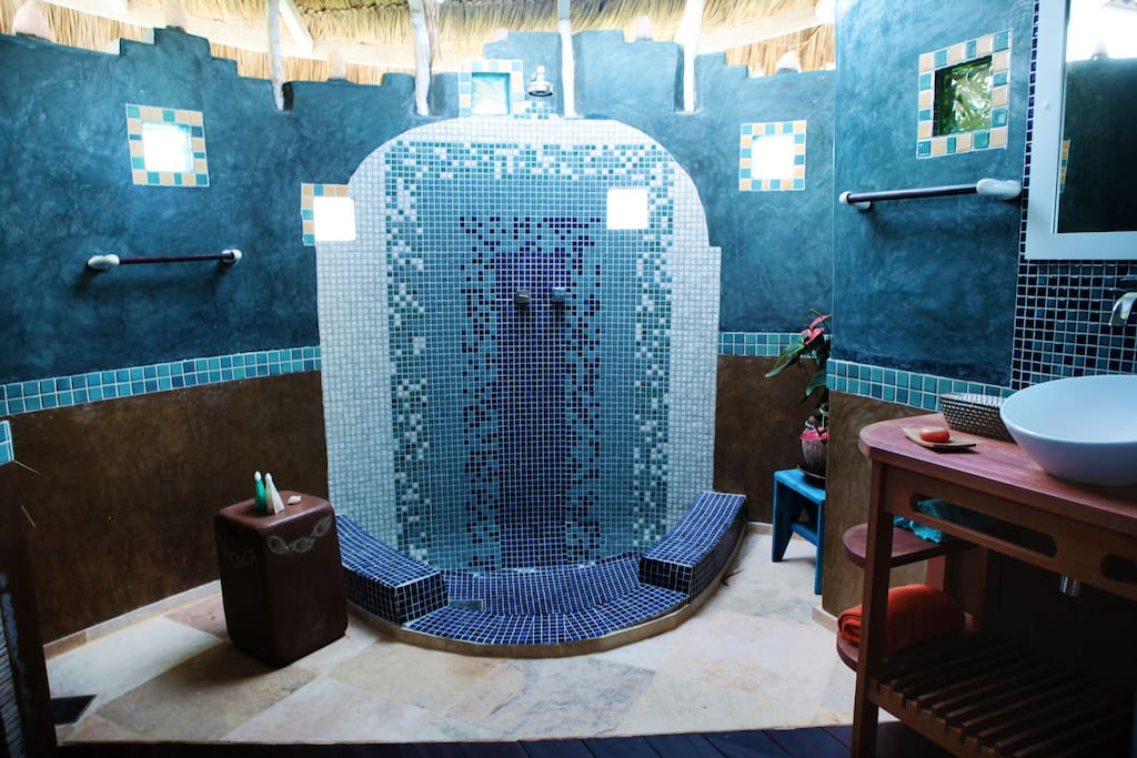 Badezimmer der blauen suite mit Erlebnisdusche unter freiem Himmel.