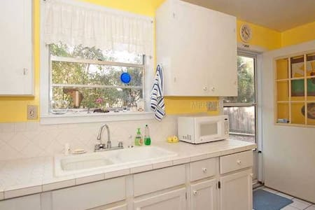 Cozy room in small historic cottage - Mount Dora