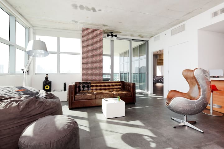 Amazing Midtown Bedroom with Bay view