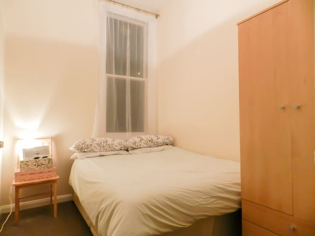 Cosy Double Bedroom in Central London