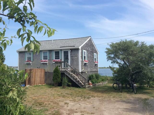 Clean & comfortable 2BR cottage w/waterfront views