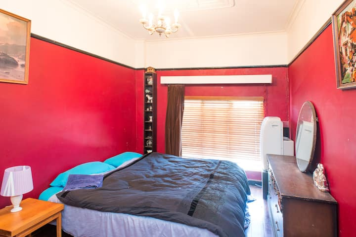 Room in Cool Deco Apartment in Brunswick East