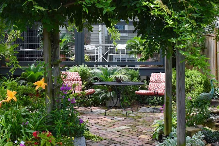 Garden  Cottage in the City- Stylish Oasis !