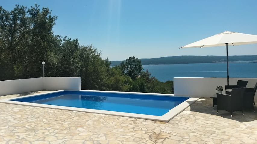 Pool and seaview - Southeast