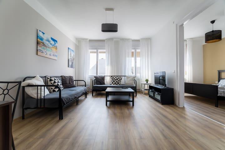 3 Bedroom apt with key safe, AC, 2 Bath @subways
