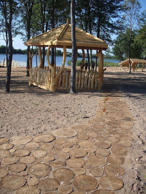 На территории пляж, беседки, баня, мангал