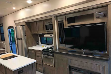 Clean Luxury RV in peaceful area 8min from metro.