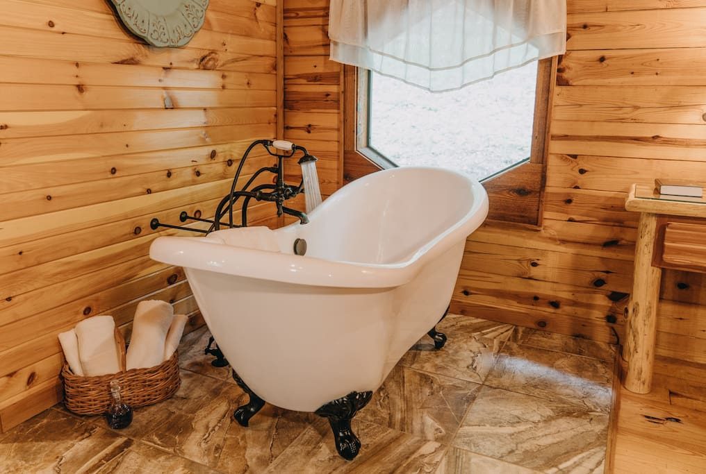 Soak your cares away in the Valley Mist's ornate slipper tub.