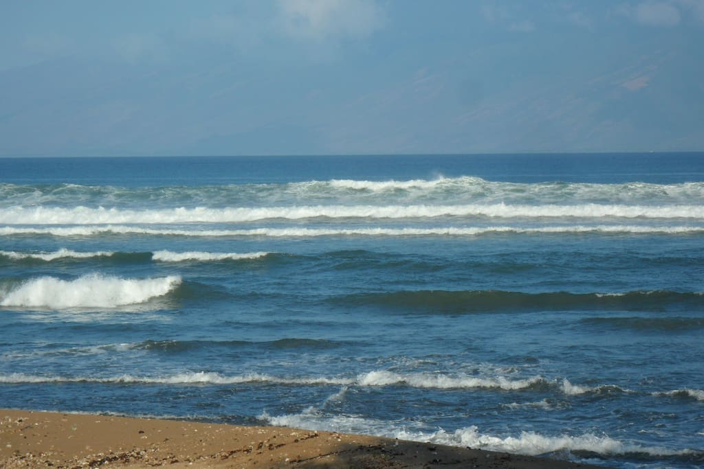 BEAUTIFUL ROLLING WAVES HEAR THE SURF