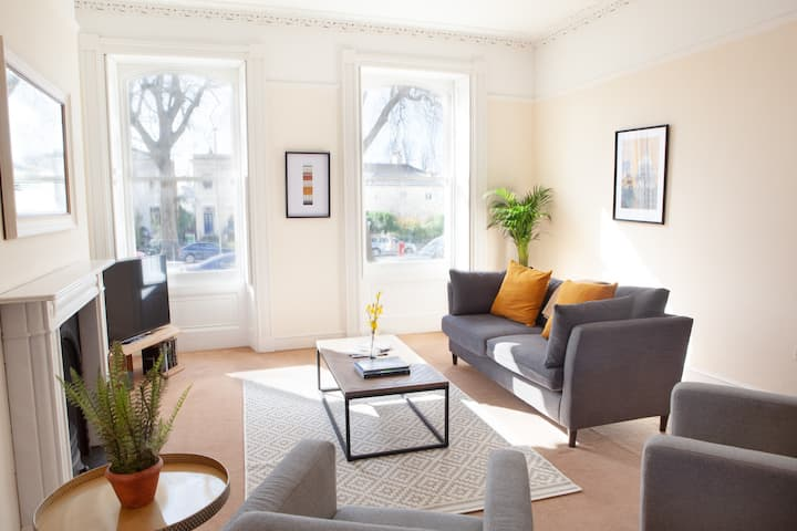 Bright and spacious town centre flat, with parking