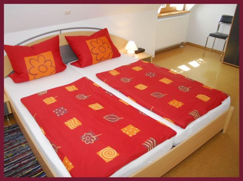Schlafzimmer mit Doppelbett, Mayer Burghöfe, Ferienwohnung 4
