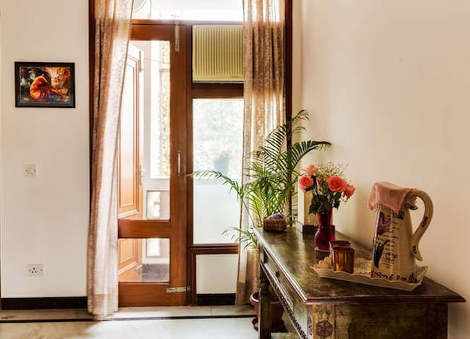 Charm & Comfort, Greenery & History - New Delhi - Apartment