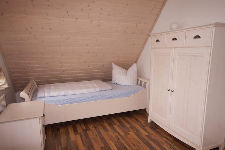 das obere Schlafzimmer mit 2 Einzelbetten und eigenem Balkon