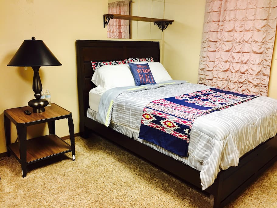 1 Bedroom with Table Lamp