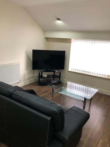 3 Double Bedroom Flat Close to City Centre & LFC