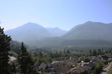 Best view in Chilliwack! Bedroom w/full ensuite.