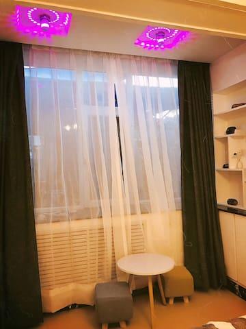 兰州万达附近一精致住房,超大露台。七卧室,十人左右入住,适合一大家子出行的朋友。没有电梯