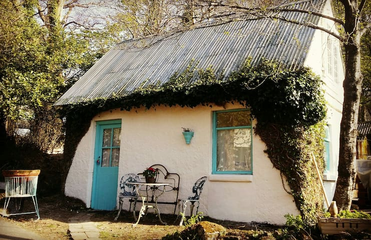 "Cute ""Gatehouse"" to the Connemara National Park"