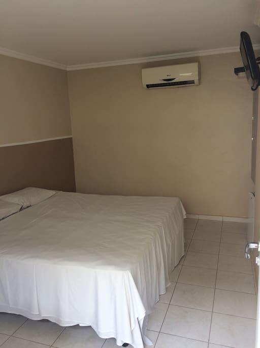 Quarto casal: Cama box, Tv lcd, frigobar, split, banheiro privativo.