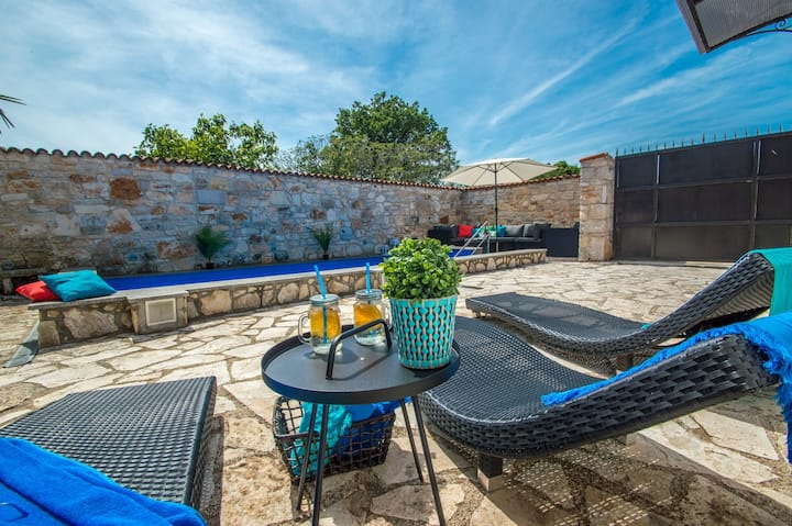 Traditional Istrian stone house Villa Lucia with pool