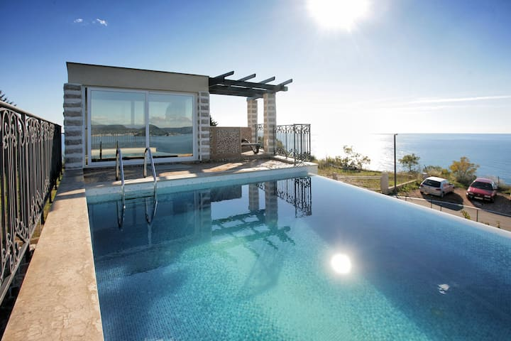 """Stone Garden Villa"" - swimming pool and sea view"