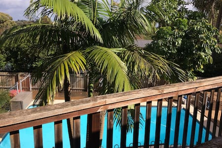 home n pool, beach nearby - Frenchs Forest