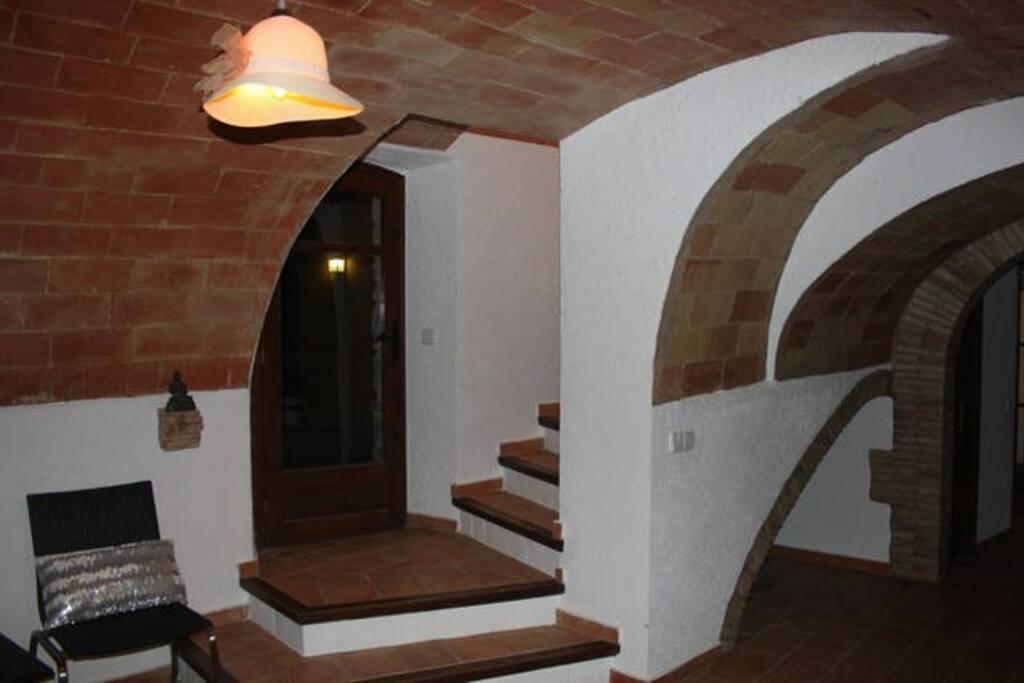 """Entrada de la masía con suelo de """"toba catalana""""  y bóveda original del S.XVIII recientemente restaurada"""