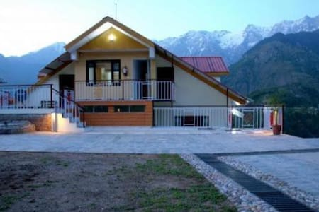 Family room with breathtaking valley view in Naddi - Dharamshala - Bed & Breakfast