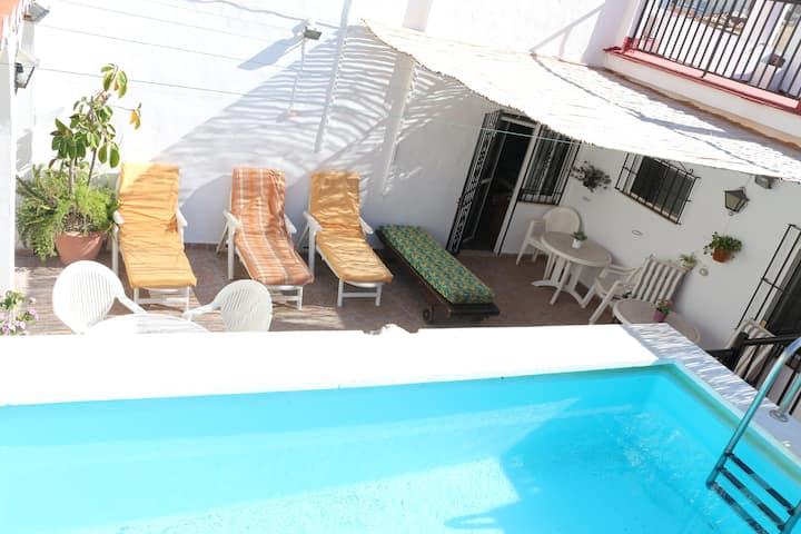 Ático centro y piscina salina privada, 150m playa