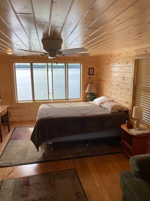 Maison de bateau sur le lac