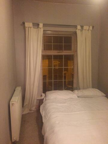 Bright Clean Double Room Available - Prestwich - House
