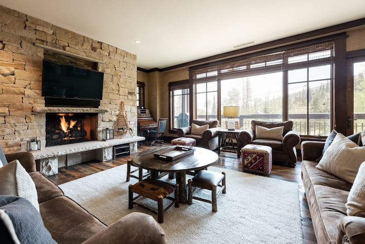 Winter Rates Reduced! Stunning Ski-in, Ski-out Condo with Views and Amenity Access