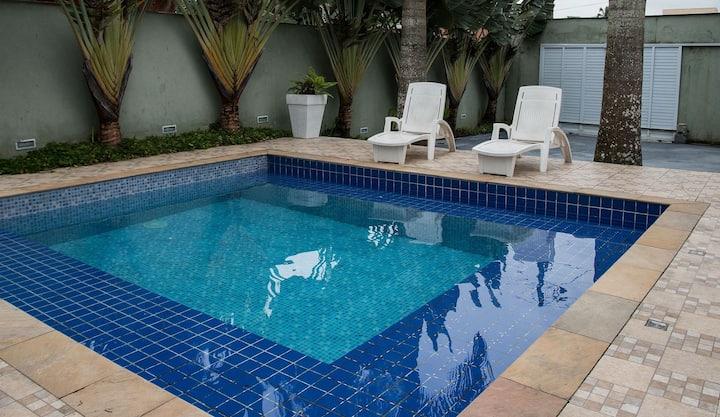 Casa com piscina, churrasqueira e espaço gourmet a 350 metros da praia