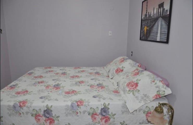 Cama de casal, e colchão adicional. Quarto Laura