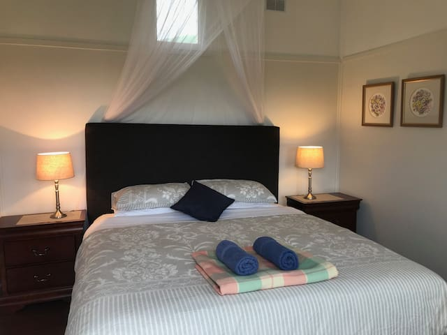 Seacroft Room 6 - LUXURY King bed - GREAT LOCATION