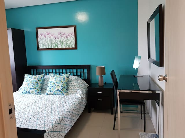 Cozy 2BR - Clean, Cable & Wifi, 56sqm Nr Ateneo/UP