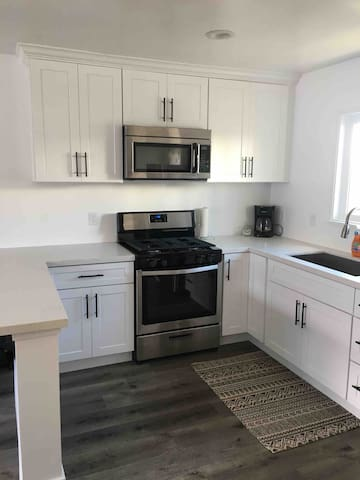 Full kitchen, recently renovated. New cabinets, quartz countertops, and brand new appliances!