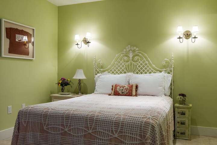 In-Town Bedroom w/ Private Entrance
