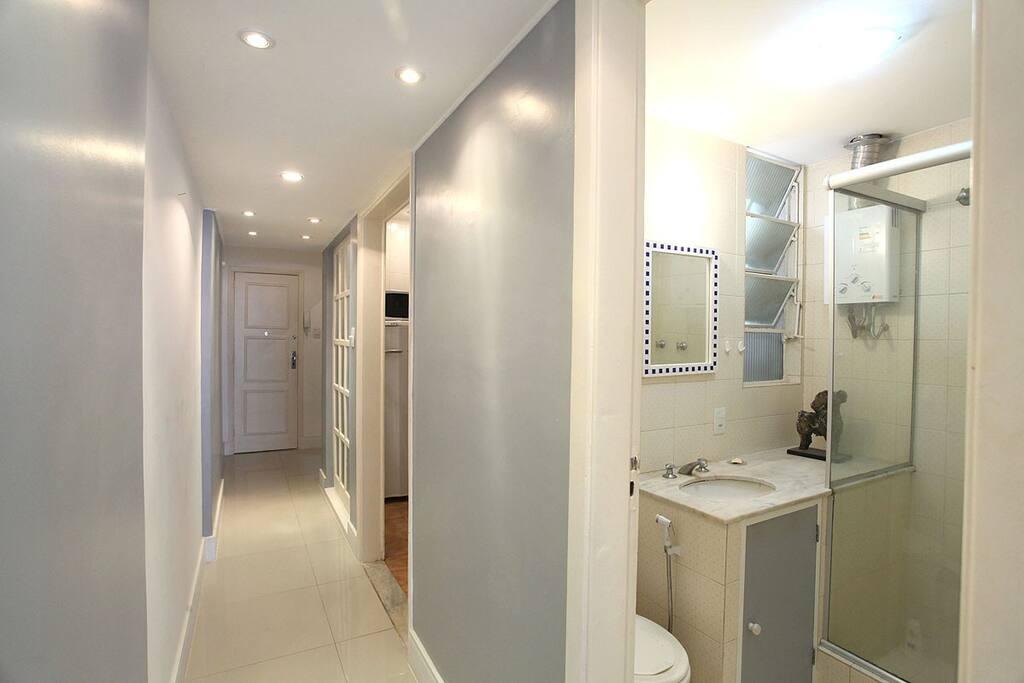 Essa é a vista do corredor. Em ordem vemos primeiro o banheiro, logo ao lado temos a cozinha e depois disso o closet (que fica logo a esquerda da porta de entrada de casa.
