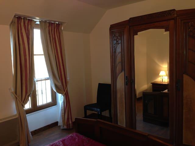 La seconde chambre vue sur l'étang -Second bedroom, view on the private lake, grandmother's Art Deco furniture.