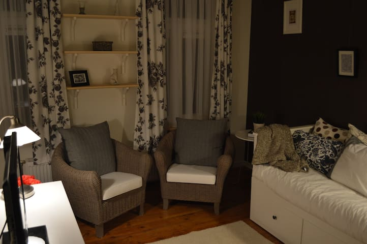 In these 2 comfortable chairs you'll be able to enjoy some lazy reading or TV (digital cable) / DVD.