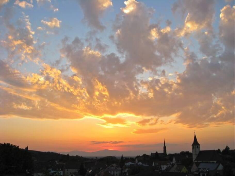 Sonnenuntergang über Müllheim von der Dachterrasse aus gesehen