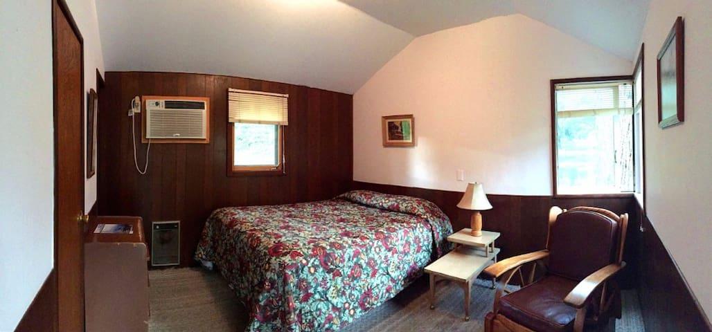 Rustic Lakeside Cabin with Mountain Views - Three Rivers - Houten huisje