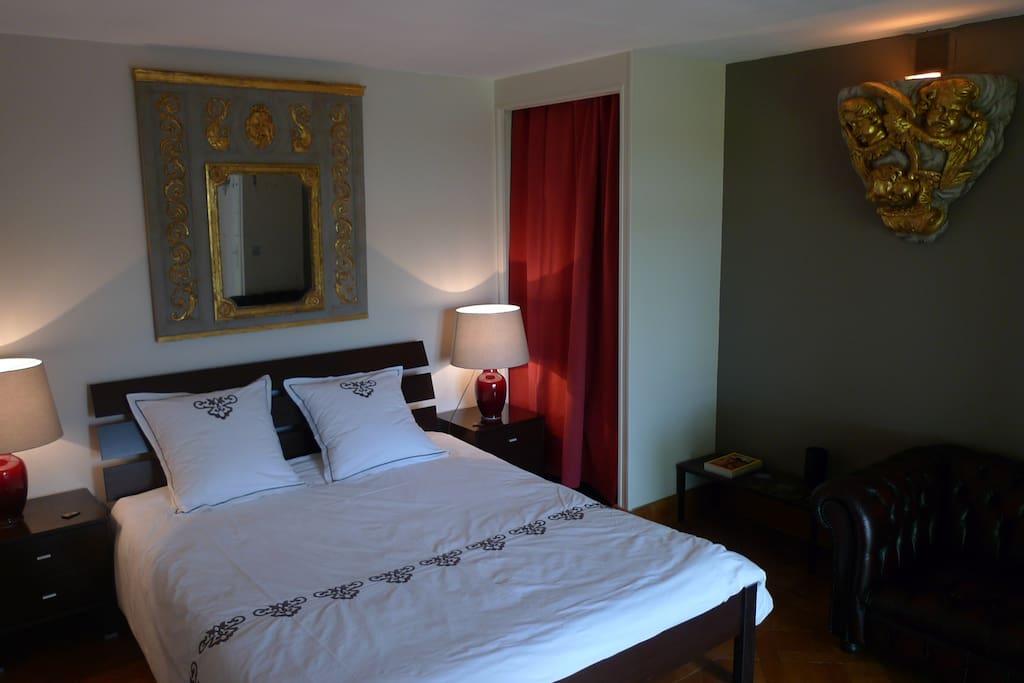 Vaste chambre double, grand lit, parquet Versailles, style mariant XVIIIe et contemporain